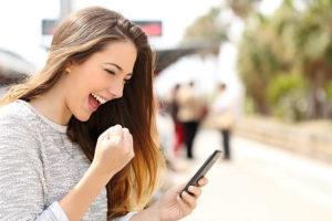 Jak zagadac na tinderze - pozytywna reakcja kobiety